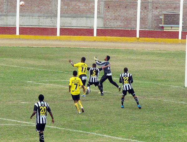 Juan Luna carga sobre la salida del arquero Cárdenas en una de las varias jugadas en las que sembró peligro (Foto: Radio Líder de Chancay)