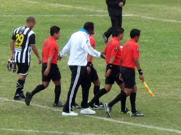 En Sport Victoria se fueron disgustados a los vestuarios tras el primer tiempo, lo que llevó a que su técnico, Eusebio Salazar, se fuera expulsado por los reclamos (Foto: Radio Líder de Chancay)