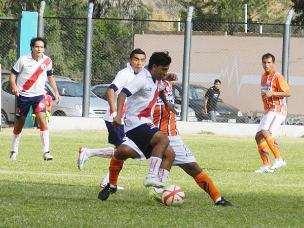 Tito Chumpitaz mandó un inesperado 4-1-4-1 en Matucana. La velocidad de Chacaliaza y el trabajo de recuperación de Bustinza fue de lo más valorable en el cuadro edil. (Foto: Aldo Ramírez / DeChalaca.com)