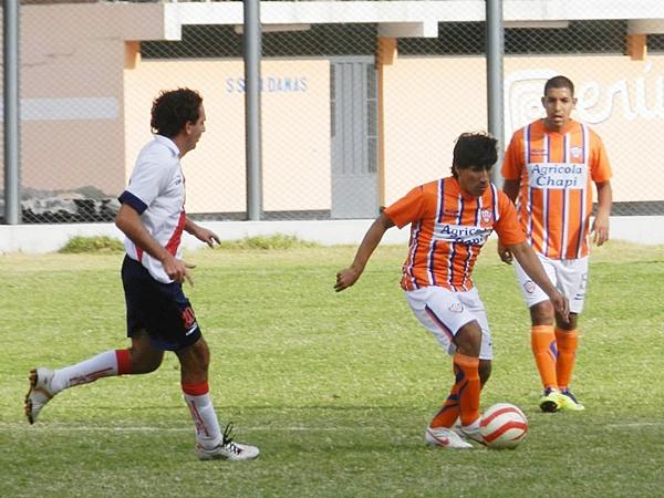 Ante la desesperación, el ingreso de Ardián le dio mayor fluidez al fútbol mostrado por la escuadra local. Sin embargo, la precisión no estuvo del lado ni de uno, ni de otro. (Foto: Aldo Ramírez / DeChalaca.com)