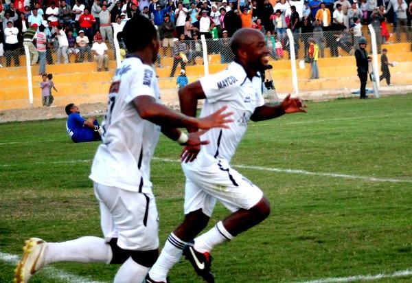 Waldir Sáenz se reencontró con el gol tras varios años. Su tanto significó el transitorio 3-0. (Foto: Luis Chacón / DeChalaca.com)