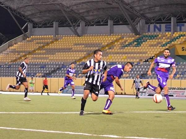 Miranda sostuvo un duelo interesante con Castillo. El lateral de Alianza Cristiana fue de lo más regular en el partido. (Foto: Fernando Herrera / DeChalaca.com)