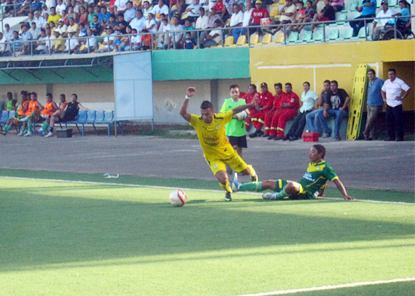 Cristian Sänchez apenas si se escapa de la marca de Andrés Paredes antes de partir hacia el área huaracina en uno de los ataques de San Alejandro (Foto: Davidson Arce)