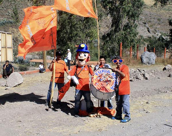 Parte de la barra de Minero junto a su mascota oficial en camino a uno de los partidos del cuadro de Matucana durante la temporada 2013 (Foto: Luis Chacón / DeChalaca.com)