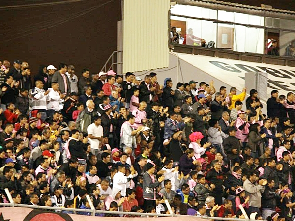 Los más felices, sin duda, el público rosado presente en el Miguel Grau que, aparentemente, se comienza a enganchar con la campaña del Boys. (Foto: Miguel Koo / DeChalaca.com)