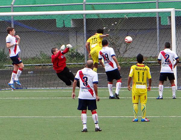 Una mala salida del meta edil Josué Castells le bastó a Oswaldo Rivas para ampliar la ventaja de San Alejandro que con el 2-0 comenzó a manejar el partido (Foto: Diario Ahora de Pucallpa)