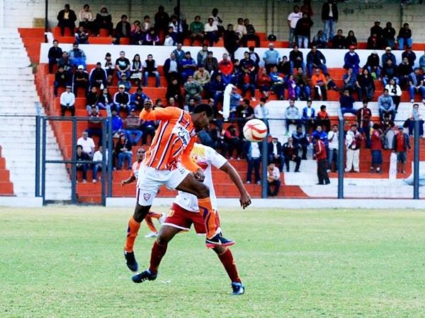 Martínez madrugó a Minero, que parecía repetir lo sucedido muchas veces en Matucana: perder puntos y no poder escalar posiciones. (Foto: Luis Chacón / DeChalaca.com)