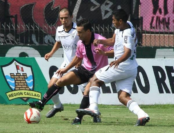 Leandro Franco estuvo muy custodiado durante el partido. Walter Ormeño aplicó marcas escalonadas para detenerlo. (Foto: Miguel Koo Vargas / DeChalaca.com)