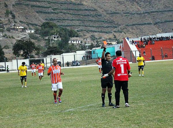 La debacle de Coopsol llegó sobre el final luego que Carlos Laura se fue expulsado, algo que Minero aprovechó para cerrar el marcador unos minutos después (Foto: Julio Aricoché Villa)