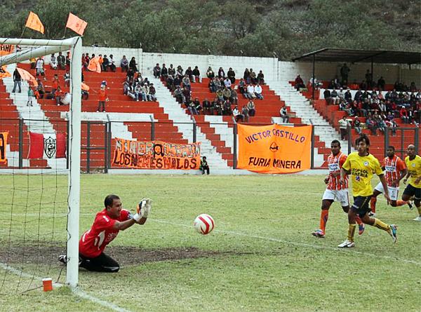 Carlos Laura se exige ante una clara ocasión para Minero que se fue creciendo en el campo ante la inoperancia ofensiva de los chancayanos (Foto: Julio Aricoché Villa)