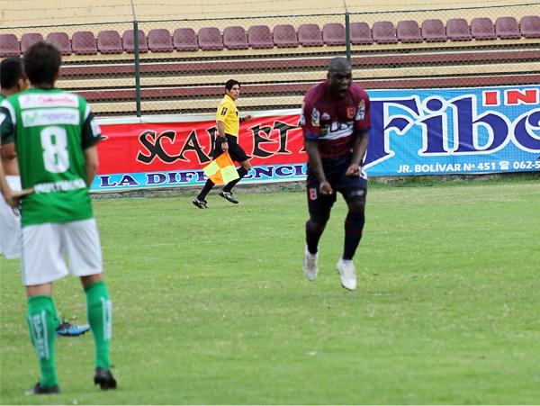 El primer tiempo fue para Alianza Universidad que tuvo a Jesús Reyes como uno de los autores de los cuatro goles que recibieron los de Puerto Eten (Foto: Mihay Rojas / DeChalaca.com)