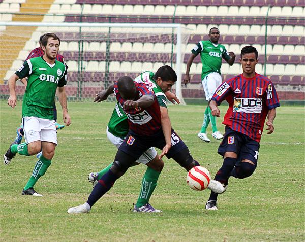 Los Caimanes peleó hasta el final el partido en el Heraclio Tapia y acabó rescatando un empate que le supo a victoria a los de Puerto Eten (Foto: Mihay Rojas / DeChalaca.com)