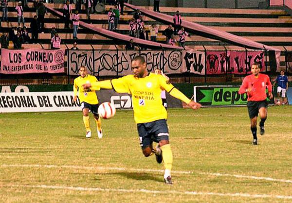 Juan Luna apareció poco en el Callao pero lo hizo en los momentos precisos para que Coopsol pusiera en aprietos a Boys con sus goles (Fotos: Johann Begazo / DeChalaca.com)