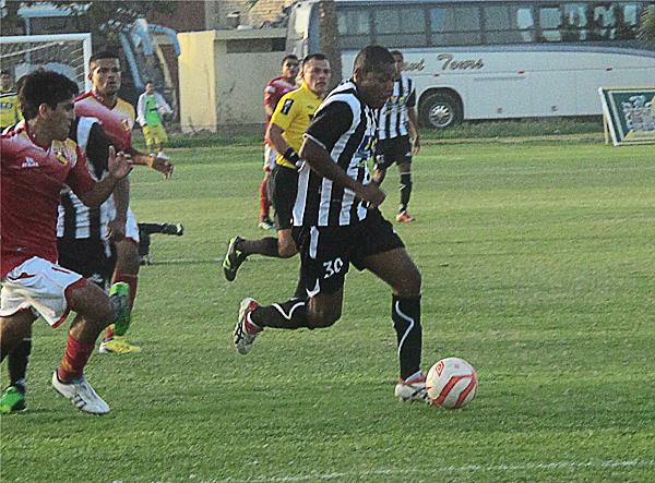 Luis Laguna no se hizo presente en el marcador pero igual causó más de un lío en contra de Torino (Foto: Carlos Vela / DeChalaca.com)