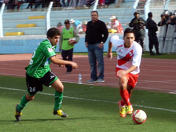 Christian Laura se le escapa a Luis Pastor en una de las varias proyecciones del marcador de Alfonso Ugarte por el flanco izquierdo (Foto: Puno Deportes)