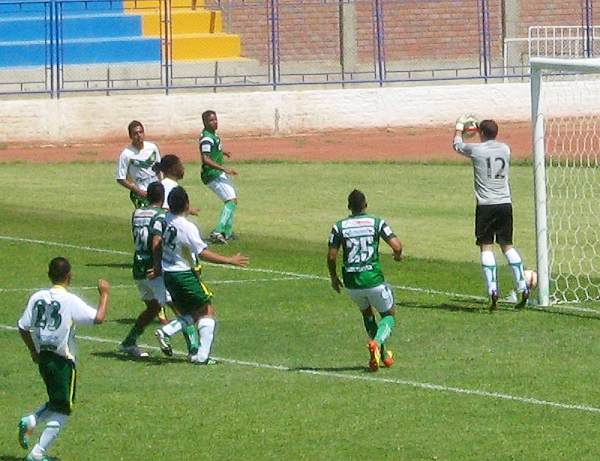 El arquero Marco Rojas tuvo intervenciones buenas y malas ante Los Caimanes aunque al final el recibir cuatro goles no lo dejó bien parado en el partido (Foto: Igor Serrato / Portal Olmos)
