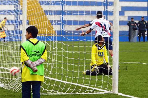 El primer gol del partido demoró pero llegó luego de un largo centro que cabeceó Andrés Ota antes que el balón choque en un defensa de Sport Victoria (Foto: Roberto Castro / DeChalaca.com)