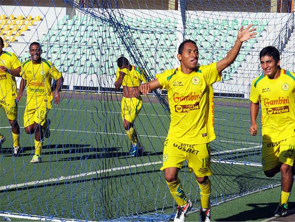 La goleada de San Alejandro se empezó a consumar a partir del gol anotado por Romario Bardales, el cuarto del equipo de Pucallpa sobre Coopsol (Foto: Davidson Arce / DeChalaca.com)