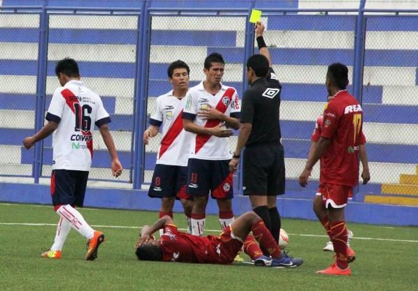 La cuarteta arbitral encabezada por Mario Espichán tuvo una floja actuación. No se pitaron dos penales y se permitió el juego violento. (Foto: Miguel Koo Vargas / DeChalaca)