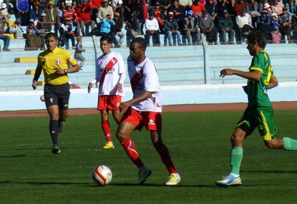 Héctor Ramírez no solo ocasionó peligro en el área de Sport Áncash. También inquietó cuando se recogió algunos metros y generó fútbol en 3/4 de cancha. (Foto: Puno Deportes)