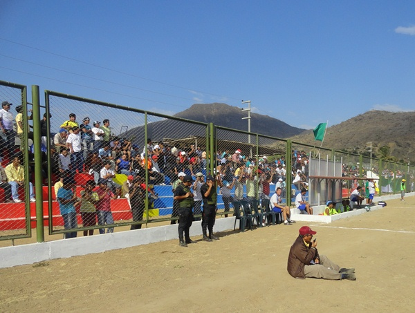 Aproximadamente 1500 personas se congregaron en Chongoyape para ver el partido entre Los Caimanes y Municipal. (Foto: Iván Baca / DeChalaca.com)