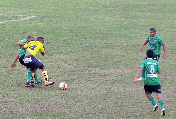 John Jairo Palacios recibió una marca al milímetro de los jugadores de Huracán aunque al final el colombiano tuvo premio con el gol del empate (Foto: Radio Líder de Chancay)