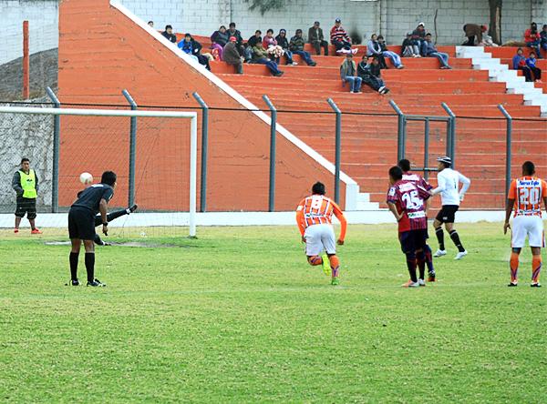 Minero encontró rápido el gol gracias a un penal que su arquero Exar Rosales se encargó de ejecutar (Fotos: Luis Chacón / DeChalaca.com)