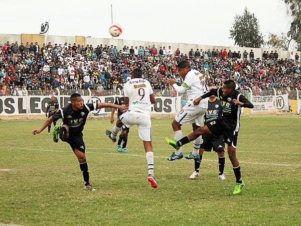 La defensa de Sport Victoria resistió bien cada incursión en su área del equipo local fuera por arriba o por abajo (Foto: Acxel Ochoa De la Cruz / Golazo Deportivo)