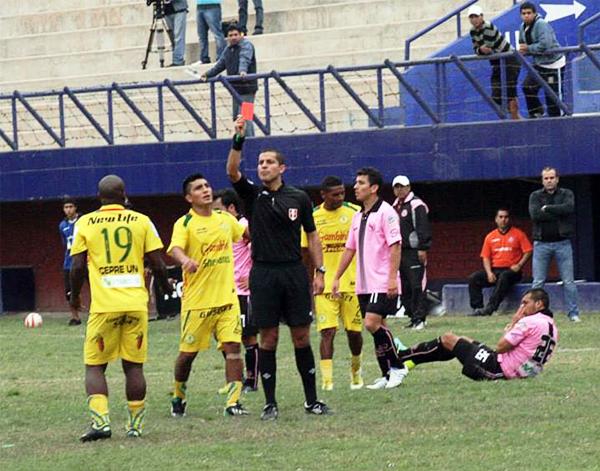 Una agresión acabó por costarle la expulsión a Juan Carlos Portilla en la etapa final, lo que le restó fuerza a los de Pucallpa para buscar el primer gol (Fotos: Luis Chacón / DeChalaca.com)