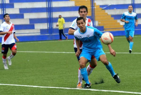 Walter Andrade anticipa a Natalio Portillo en el empate 0-0 entre Municipal y Ormeño en la Segunda División 2013. (Foto: archivo DeChalaca.com)