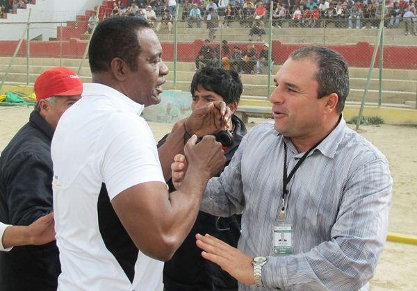 Eusebio Salazar y Mario Flores intercambiaron un afectuoso saludo antes del cotejo. (Foto: Pedro Pablo Flores / Mente Sana en Cuerpo Sano)