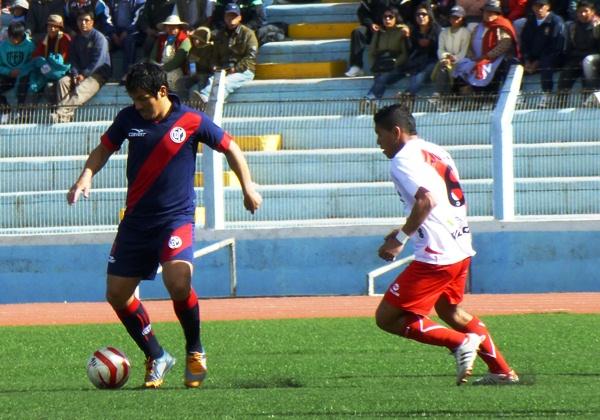 Nelson Roque rompió líneas constantemente y presionó la salida de los jugadores de Municipal. (Foto: Puno Deportes)
