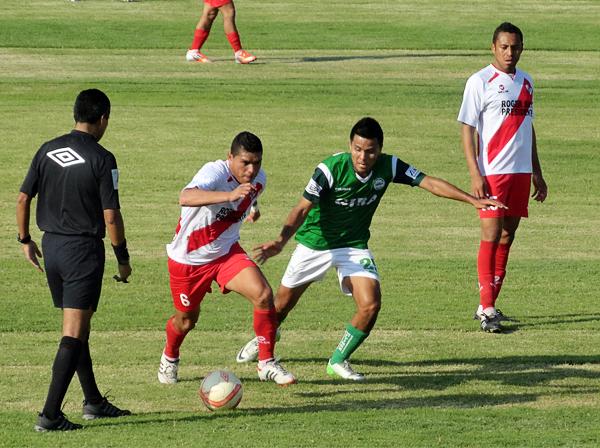 Nelson Roque se lleva la pelota ante la marca de Janio Posito, quien tuvo poca fortuna en el ataque de Los Caimanes (Foto: Iván Baca / DeChalaca.com)