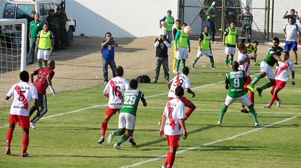 El golpe de cabeza de Moisés Cabada va directo hacia el arco de Alfonso Ugarte custodiado por un Marco Flores que se mostró seguro bajo los tres palos (Foto: Iván Baca / DeChalaca.com)
