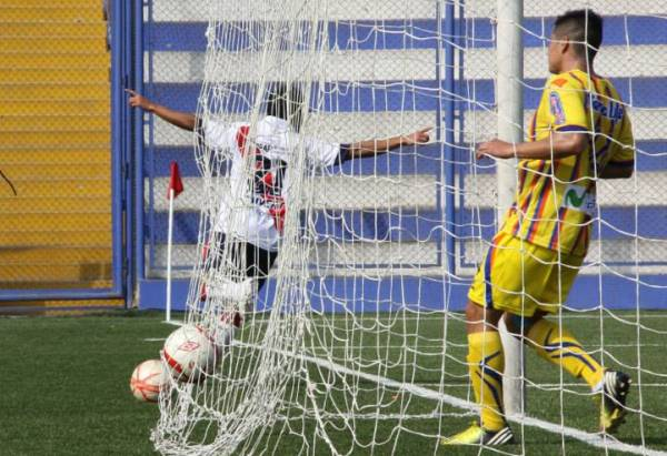 Apenas a los 12 minutos, Andrés Ota permitió que Municipal se pusiera adelante en el marcador. (Foto: Miguel Koo Vargas / DeChalaca.com)