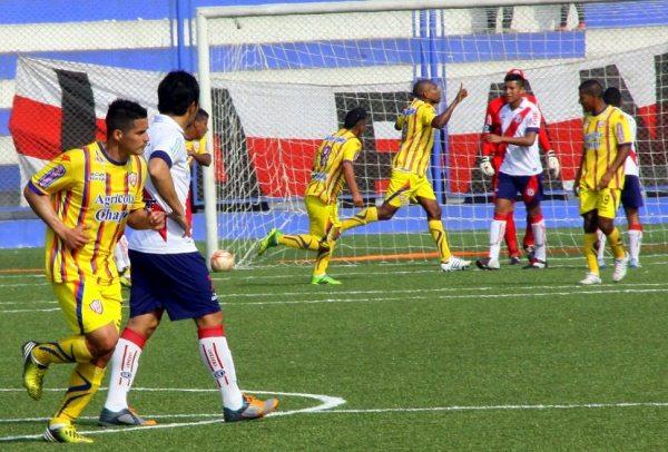 Gino Pérez se hizo presente en Villa El Salvador  y puso el transitorio 1-1. (Foto: Miguel Koo Vargas / DeChalaca.com)