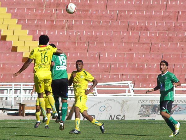 Para San Alejandro todo cambió luego de este golpe que Oswaldo Rivas le propinó a Diego Escuza: el resultado fue una roja para Rivas y dos goles para Escuza (Foto: Iván Carpio / DeChalaca.com)
