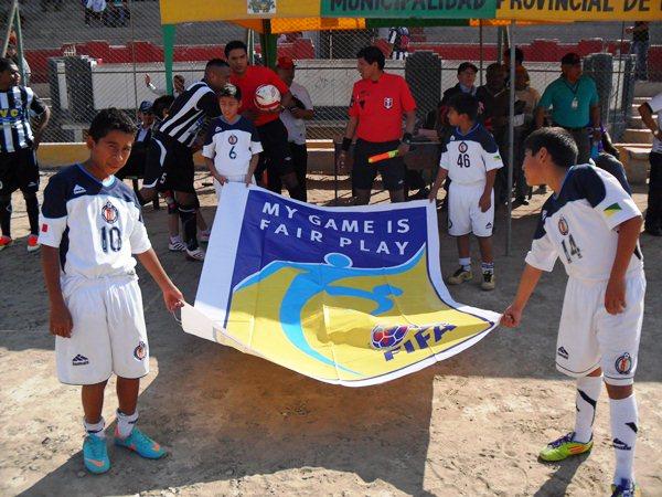 Antes del inicio del cotejo, unos niños salieron al campo del José Picasso Peratta portando una bandera a favor del Juego Limpio. (Foto: Carlos Vela / DeChalaca.com)