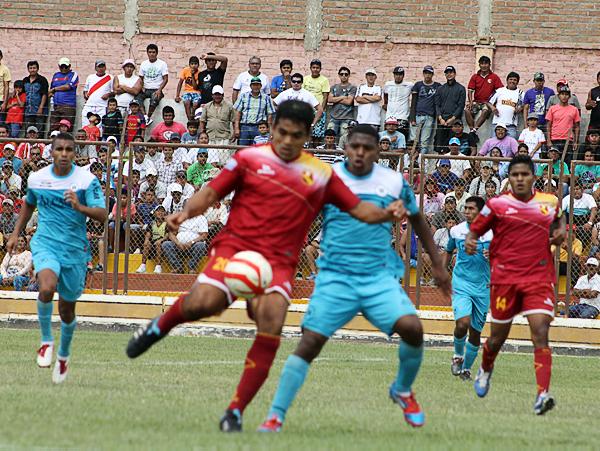 En el ataque de Torino reapareció César Flores, pero su labor en el área no se hizo efectiva con algún gol (Foto: Diario El Tiempo de Piura)