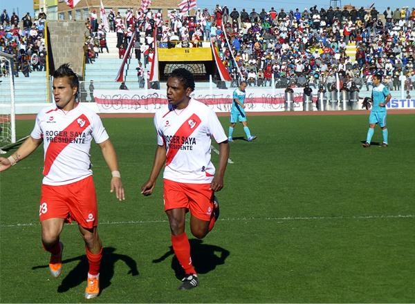 Juan Pablo Vergara se puso el equipo al hombro con dos goles y una buena compenetración en el equipo de Alfonso Ugarte que no cede terreno en la lucha por el campeonato (Foto: Puno Deportes)