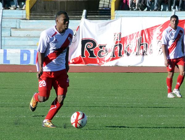 El internacional ecuatoguineano César Rivas reapareció en Puno donde ingresó en el complemento en busca de rematar a Walter Ormeño, aunque al final no tuvo la ocasión de marcar algún gol (Foto: Puno Deportes)