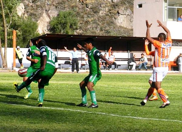 El impecable trabajo defensivo de Los Caimanes fue clave para sacar el resultado que lo mantiene como único líder. (Foto: Aldo Ramírez / DeChalaca.com)