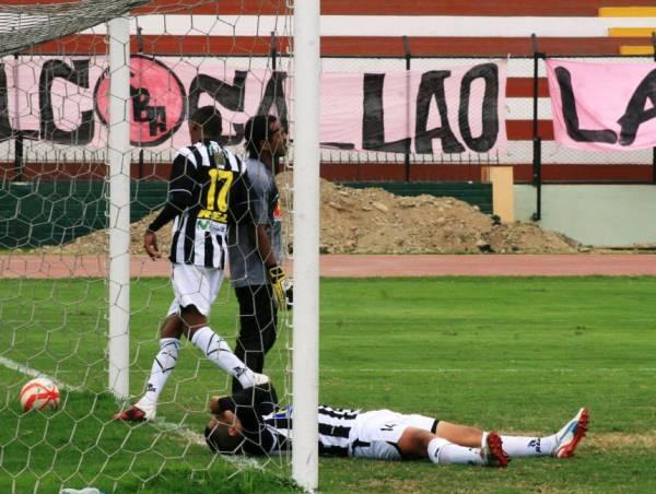 Instante preciso del segundo tanto de Boys obra de Rodríguez. Ismael Pereda no pudo detener el balón sobra la línea del arco. (Foto: Luis Chacón / DeChalaca.com)