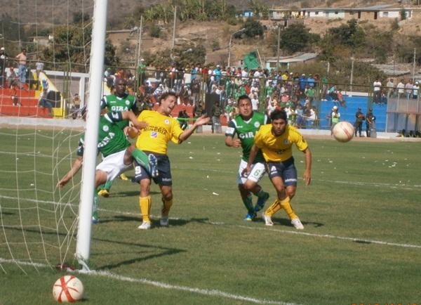 Coopsol sorprendió a Los Caimanes al mostrar agresividad y orden para jugar.  (Foto: diario La Industria de Chiclayo)
