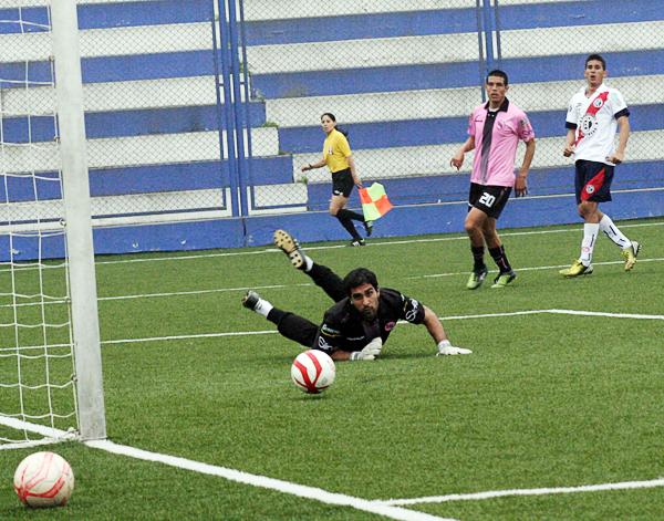 Municipal tuvo claras ocasiones para anotar contra los rosados, pero entre la mala puntería y las manos del arquero Diego Morales acabó por quedarse con nada (Foto: Johann Begazo / DeChalaca.com)