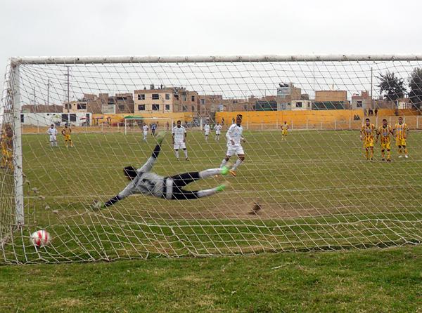 El brasileño Douglas Caé se destapó con dos goles ante Minero, el último de penal ante la inútil estirada de José Bolívar (Foto: Luis Tasayco Carbonero)