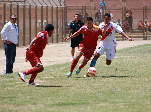 Fernando Martínez se escapa de la marca de Rafael Montes en una de las disputadas jugadas que se dio en el mediocampo del Campeonísimo (Foto: Diario El Tiempo de Piura)