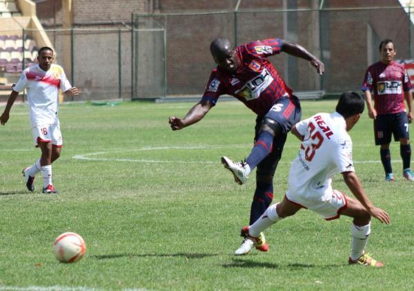Jesús Reyes no estuvo fino en la definición a diferencia de otras jornadas. El goleador del campeonato se quedó con las ganas de anotarle a Torino. (Foto: Mihay Rojas / DeChalaca.com)