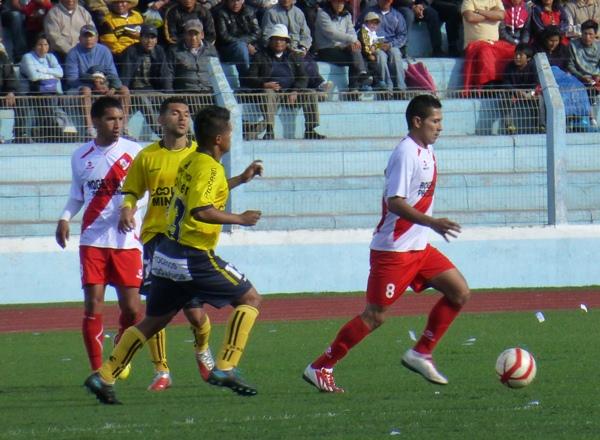 El bloque defensivo de Coopsol sufrió cuando Zambrano y Roque se sumaron al ataque rompiendo líneas. (Foto: Puno Deportes)
