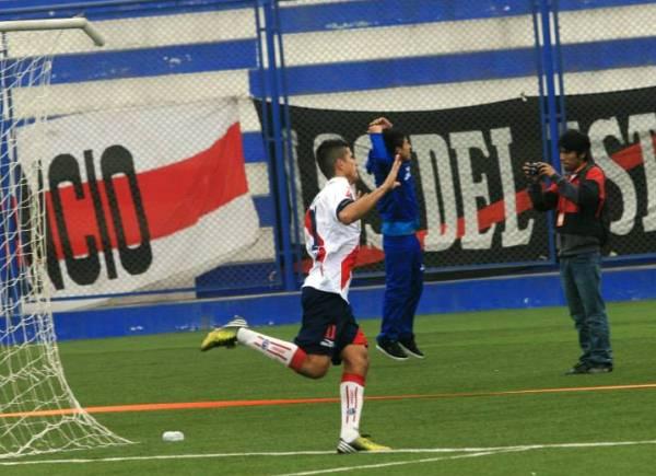 En la agonía del partido, Nelson Dávila, vía penal, puso el definitivo 2-1 a favor de Municipal sobre San Alejandro. (Foto: Luis Chacón / DeChalaca.com)